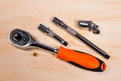 Metallische Schlüssel auf dem hölzernen Hintergrund Lizenzfreies Stockbild