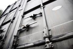 Metallische Türen des Transportbehälters Stockfotos