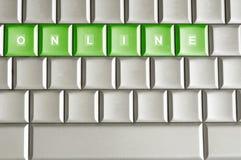 Metallische Tastatur mit dem Wort ON-LINE stockfotos