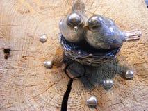 Metallische Vögel mit metallischem Herzvalentinstag Stockbild