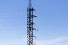 Metallischer elektrischer Pfosten gegen den blauen Himmel Stockfotos