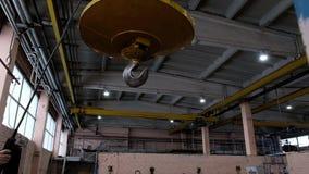 Metallischer industrieller Haken für das Anheben der schweren Sache in der Fabrik Kranhaken auf einer starken Kette innerhalb des stock video footage