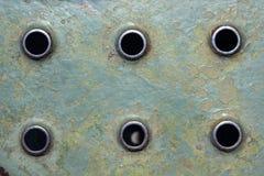Metallischer Oberflächenhintergrund mit runden Perforierungen lizenzfreie stockfotos