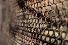 Metallischer rostiger Zaun in einem Gitterhintergrund Lizenzfreies Stockbild
