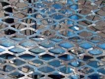 Metallischer strukturierter Gitter-Hintergrund - alte blaue gebrochene Farbe Lizenzfreie Stockfotos