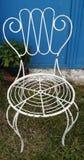 Metallischer weißer Stuhl Lizenzfreie Stockfotografie