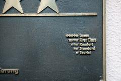 Metallisches plawue mit Hotelklassifizierungen Stockfoto