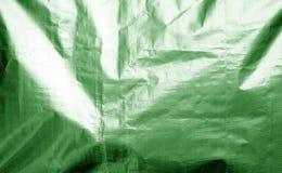 Metallisierte Plastikhüllebeschaffenheit mit zerknittert in der grünen Farbe stockfotos
