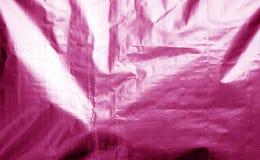Metallisierte Plastikhüllebeschaffenheit mit zerknittert in der rosa Farbe stockfoto