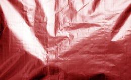 Metallisierte Plastikhüllebeschaffenheit mit zerknittert in der roten Farbe lizenzfreie stockbilder