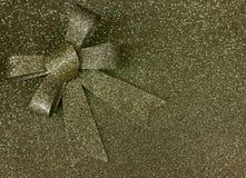 Metallisk blänka guld- bakgrund med en ögla Royaltyfria Foton