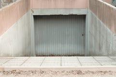 Metallisk dörr av ett begravt garage arkivbilder