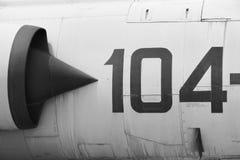Metallisk detalj för kämpeflygplanflygkropp med nummer 104 Arkivfoto