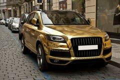 Metallisk guld- bil Arkivfoto