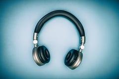 Metallisk guld- headphone Arkivfoto