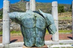 Metallisk huvudlös staty i gammalgrekiskastaden av Messinia, Grekland Royaltyfri Fotografi