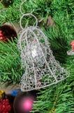 Metallisk klockajul smyckar upp trädet, detaljen, slut Arkivbilder