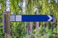 Metallisk navigering undertecknar in mitt av det mest forrest Royaltyfri Foto