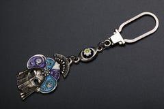 Metallisk nyckel- urkedja i form av en Venetian karnevalmaskering på en mörk bakgrund Royaltyfria Foton