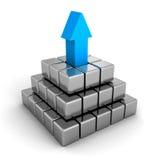 Metallisk pyramid med den blåa ledareöverkantpilen Denna är en 3D framförd bild Royaltyfri Bild