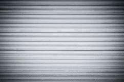 Metallisk slutaredörr för abstrakt vit rulle med horisontallinjer Bakgrund royaltyfria bilder
