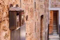 Metallisk tappningbrevlåda på en tegelstenvägg Orte Italien royaltyfri fotografi