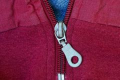 Metallisk vinande på det röda blåa torkdukeomslaget royaltyfri bild