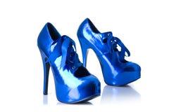 Metalliska blåa kvinnligskor för hög häl Arkivfoton
