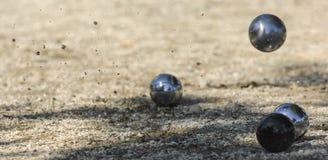 Metalliska bollar för petanque tre och en liten wood stålar Arkivbilder