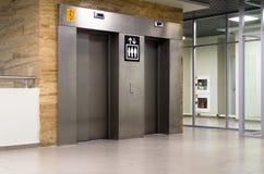 Metalliska elevatordörrar i en flygplats Royaltyfri Fotografi