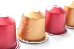 metalliska espressokaffedoser på vit bakgrund Arkivfoton