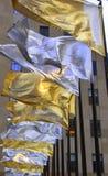 Metalliska flaggor som vinkar i vinden Royaltyfria Foton