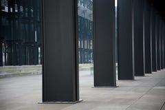 Metalliska kolonner av affärsbyggnad Arkivbild