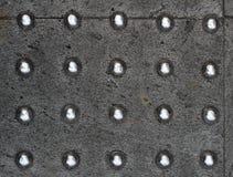 Metalliska prickar över konkret textur Arkivfoto