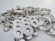 Metalliska produkter för den bekläda branschen carabiner i färgmynt i en kopia som används för fästande arkivfoton