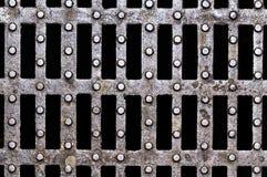 Metalliska texturer på manhålet Royaltyfri Fotografi