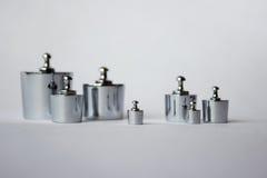 Metalliska vikter på vit bakgrund Arkivfoto