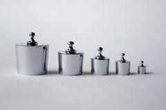 Metalliska vikter på vit bakgrund Fotografering för Bildbyråer