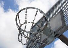 Metalliskt basketbeslag på en utomhus- stadion och nollan för blå himmel Fotografering för Bildbyråer