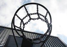 Metalliskt basketbeslag på en utomhus- stadion och nollan för blå himmel Arkivbilder