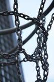 Metalliskt basketbeslag på en utomhus- stadion och nollan för blå himmel Royaltyfri Bild