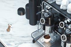 Metalliskt f?rsilvra kaffemaskinen i process av att g?ra nytt kaffe framf?rande 3d royaltyfria bilder
