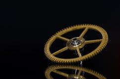 Metalliskt klockakugghjul för tappning på svart bakgrund Arkivbild
