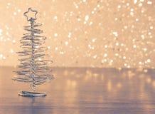 Metalliskt modernt julträd på den wood tabellen Royaltyfri Fotografi