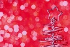Metalliskt modernt julträd på röd bakgrund för tonljusbokeh, xmas-ferie Arkivbild