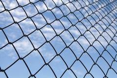Metalliskt netto med bakgrund för blå himmel Royaltyfri Fotografi
