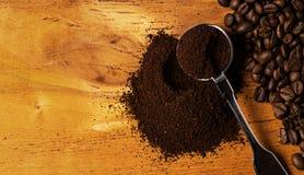 Metalliskt sked och kaffe Royaltyfri Bild