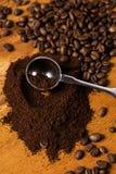 Metalliskt sked och kaffe Arkivbild
