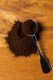 Metalliskt sked och kaffe Arkivfoton