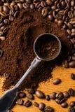 Metalliskt sked och kaffe Royaltyfri Foto